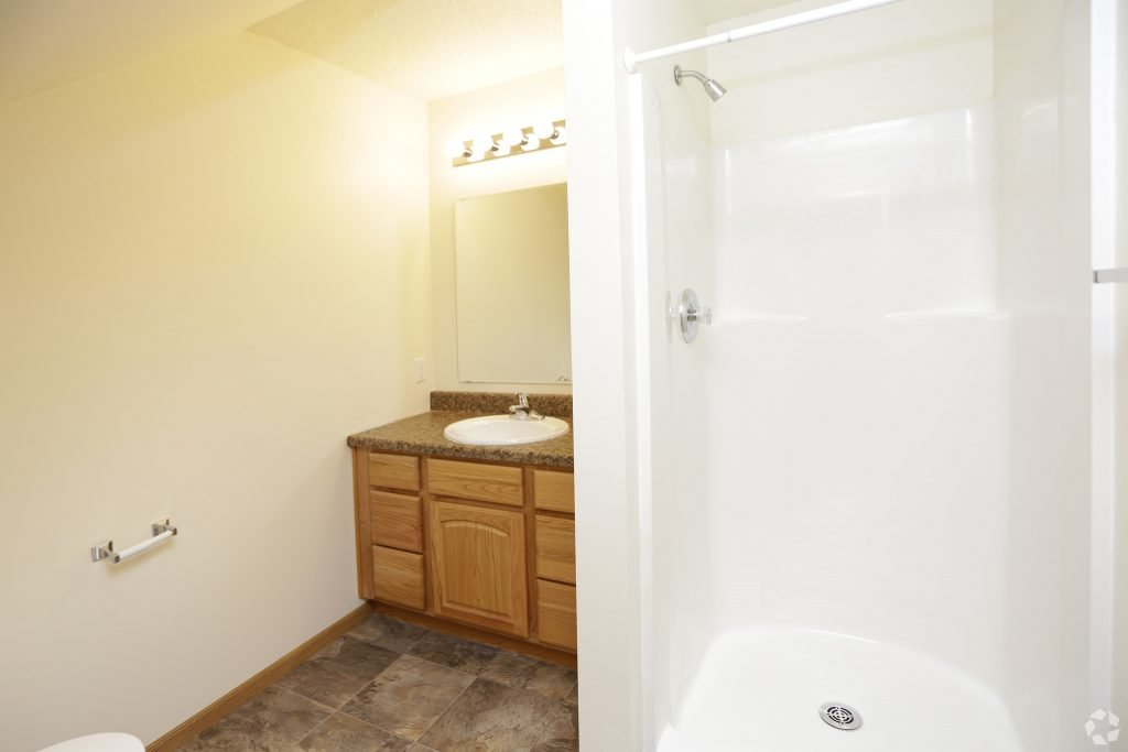 south-hampton-townhomes-grand-forks-nd-2-bedroom-main-level-bathroom