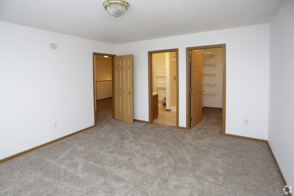 times-square-townhomes-grand-forks-nd-2-bedroom-wden-master-bedroom